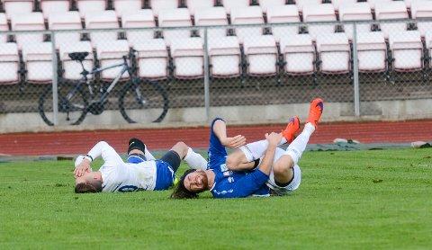 TØFFE DUELLER: Kampene mellom Askim og Spydeberg blir ofte intense. Her fra sist gang lagene møttes, i 2017. Da vant Askim 6-3. Her er det Magnus Onstad (foran) og Henrik T. Eriksen som ligger nede. Begge disse møtes igjen i kveld.