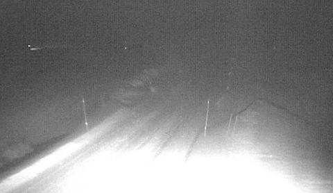 Det er melde om betydeleg snøskredfare i Indre Sogn fredag. På Fv 53 mellom Årdal og Tyin er det snø og isdekke, redusert sikt på grunn av snøfokk. (Skjermdump)