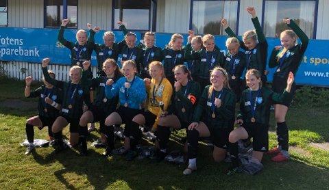 BRONSEJENTER: Blide Staal-jenter etter seieren i bronsefinalen i Adidas Cup. Privat foto.