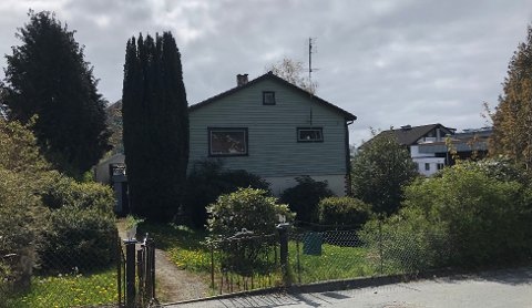 VIL KJØPE: Rådmannen ber om politikernes godkjenning til å kjøpe dette bolighuset i Jørpeland sentrum.