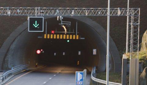 RØDE KRYSS: Med røde kryss og grønne piler viser kjørefeltsignalene i taket hvor bilistene i Ryfast skal kjøre. Røde kryss og lange strekninger med nedsatt fartsgrense fører til at enkelte blir irriterte.