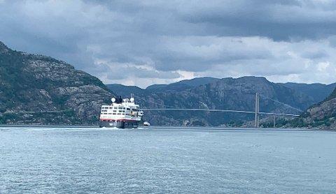 UTFORSKA RYFYLKE: Hurtigruten sitt explorer-skip MS «Maud» var i Lysefjorden onsdag.