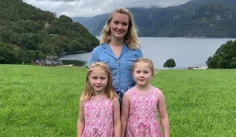 KLARE: Både Stine Berge Levik og døtrene Nora og Emilie var meir enn klare for skulestart denne hausten.