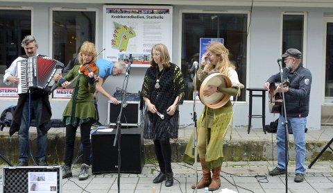 Utenlandske gjester: Unicorn er fra Nederland, og her har de konsert i gata.