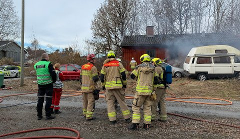 BRANN: Ingen personer kom til skade da det begynte å brenne i et hus i Porsgrunn, fredag morgen. Foto: Theo Aasland Valen