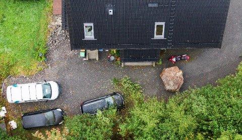 En kjempestein traff nesten et hus på Glomset ved Storfjorden på Sunnmøre.