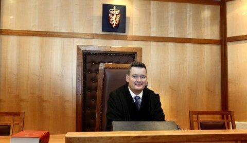 Etter først å ha nektet å la seg forsvare av sin advokat, lot kristiansunderen sin vrede gå utover rettens administrator, tingrettsdommer Frederik Meringen.