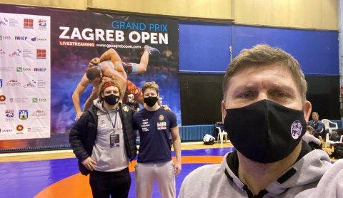 Trener Eren Gjægtvik tar en selfie sammen med Felix Baldauf og Magnus Grønvik. Trioen fra Braatt er glad for at de endelig for skikkelig matching på brytematta igjen.