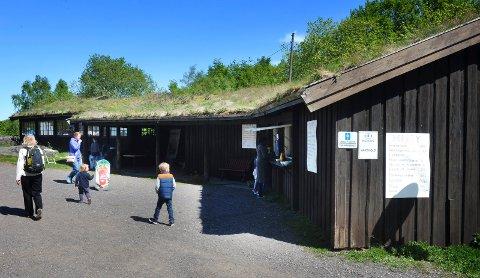 VIL HA KAFÉDRIVERE: Slottsfjellmuseet har 70.000 brukere i året. I tillegg er Slottsfjellet et yndet område for turgåere som kan tenkes å bruke museets kafeer.  Seterkafeen (bildet) er åpen i sommermånedene.