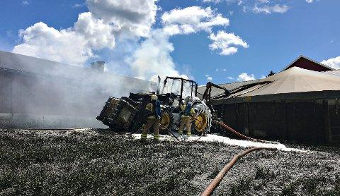 UTBRENT: Traktoren ble totalt utbrent, men brannmannskapet klarte å unngå at brannen spredte seg.