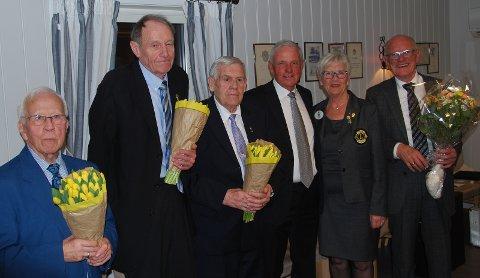 Chartermedlemmene ble hedret med blomster. Fv: Finn Olsen, André Firing, Kristian Bø, president Lars Viggo Holmen, distriktsguvernør Solbjørg Kolsrud og Rolf Karlsen, som også ble hedret som 70-åring. Kåre Kristiansen var dessverre syk, og er derfor ikke med på bildet.