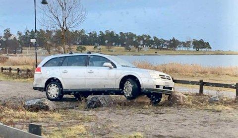 BALANSE: Bilen balanserer med hjulet oppå en stor kantstein.