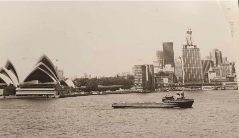 "LANGT SLEP: ""M/S Tender Tuna"" ankommer Sydney harbour etter 36 dagers slep over Stillehavet."