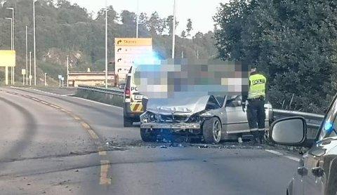 KRAFTIG SMELL: Bilen fikk store skader etter sammenstøtet med autovernet på E6 i Mulelia i Levanger. Føreren pådro seg ikke skader i ulykken.
