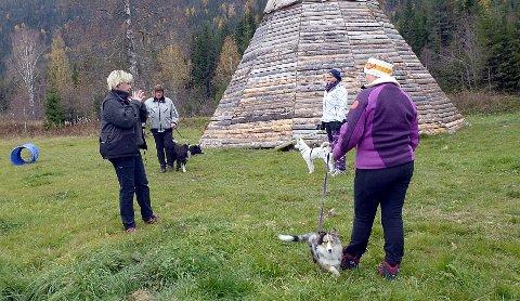 Anneli Scheldt Fauske instruerte, eigarene belønna med godsaker, og hundane storkosa med treffet i Etnedal hund og kaffelag.