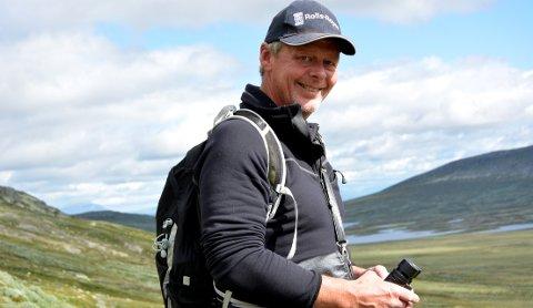 På post: Tilsynsgjetar Arne Robøle holderutkikk med fjellområda i Øystre Slidre.