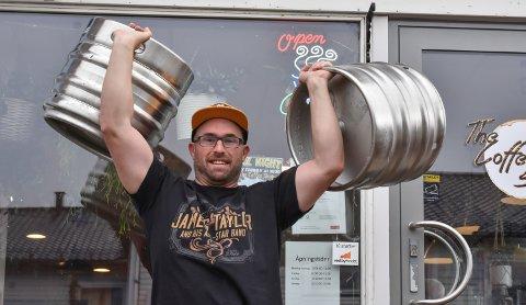 ER KLAR: Tim Morris lover nok øl til alle på oktoberfesten i Vestby.