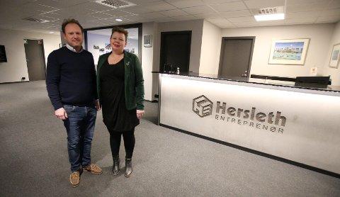VILLE LÆRE: Siv Henriette Jacobsen, fylkesråd for utdanning og kompetanse, tok turen til Herlseth Entreprenør AS og Reinert Herlseth for å se og lære hvordan de jobber med lærlinger.