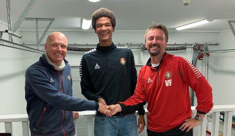 LYKKE TIL: A-lagstrener Kristian Semmen (til venstre) og DFI-leder Vidar Færgestad ønsker Alwande Roaldsøy lykke til med profflivet i Atalanta.