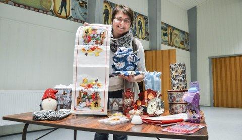 Gitt til julemessa: Randi Brænd viser fram noe av tingene som er gitt til julemessa i den nyoppussede gangen i Dalsbygda samfunnshus. Foto: Guril Bergersen