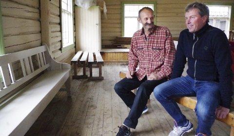 FORBEREDER SEG TIL FEST: Tømmerkassa skulle opprinnelig vært et fjøs på Hummelvoll. Stein Peder Rye (t.v.) og Terje Sandberg i Fjelly. Foto: Tonje Hovensjø Løkken