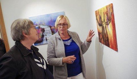 ELG på veggen: Greta Fornes (t.h.) forklarer Bryndis Sigfusson hvordan bildet av elgen har blitt til. Salgsutstillingen med fire lokale kunstnere åpnet lørdag. Alle foto: Tonje Hovensjø Løkken