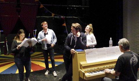 ØVING: Marianne Pentha (f.v.), Åsmund Lockert Rohde, Lars Eggen og Thea Hokstad øver sammen med Steinar Brekken ved pianoet. Alle foto: Tonje Hovensjø Løkken