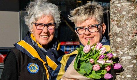 Liv Stuanes (t.v.) og Birgit Gullerud vil sammen med mange andre selge tulipaner forskjellige steder innen Ås kommune.