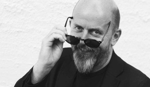 TIL RISØR: Kragerø-baserte Tom Jackie Haugen fra Drangedal tar turen til Risørhuset fredag 9. februar med sin nye forestilling. I mars spiller den humørfylte musikeren på Lyngrillen i Gjerstad.Foto: Privat