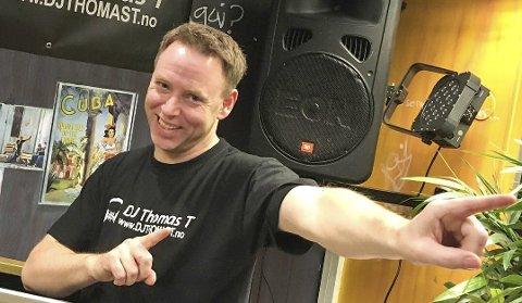TIL BRYGGA: Thomas Thorbjørnsen, eller DJ Thomas T, skal styre musikken på Brygga Restaurant og Pizza lørdag kveld. Tønsberg-karen forteller at han to ganger tidligere har spilt i Risør.Foto: Privat