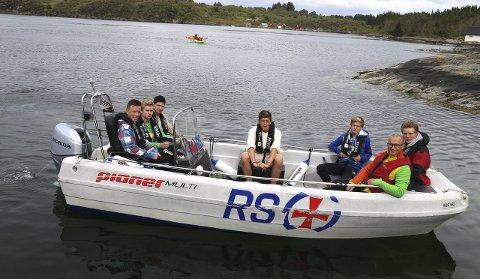 TRYGG BÅTSKYSS: Dei fleste kom til fots, andre med veteranbuss og båtskyss frå Byrkelandsvågen.  Nyskipa RS Ung Radøy sytte for trygg overfart.