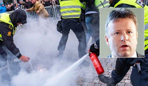 RASER: Redaktør Vebjørn Selbekk (innfelt) reagerer kraftig på politiets reaksjon på koranbrenningen. – Egne regler for Islam, sier han. Foto: NTB Scanpix