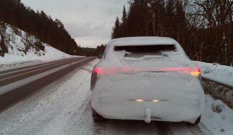 Biler med baklys så dekket av snø at de knapt synes blir et mer og mer vanlig skue på vinterveiene.