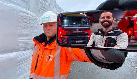 Morten Nakling Bangås (på telefonen) og Erik Andrè Sølberg skal sørge bedre bærekraftige løsninger for avfallet fra de offentlige selskapene i Nord-Norge.