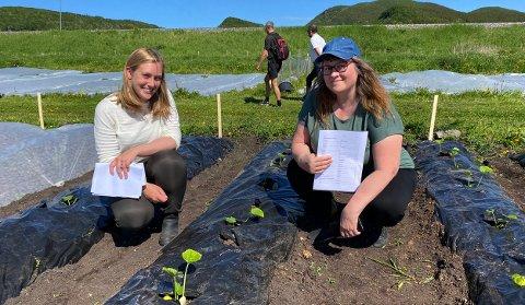 Trainee Ingrid Schistad Berg i Iris Produksjon og daglig leder Gry Vedal i Bodø Andelslandbruk skal nå finne ut hvordan kompostjorda fra Iris egner seg som jordforbedringsmiddel i grønnsaksproduksjonen.