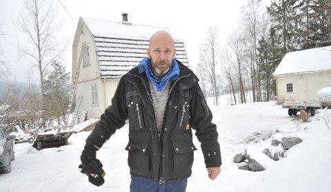 ARBEID PÅ KJØPET: Jan-Erik Olufsen utenfor det snart 100 år gamle huset rett nedenfor Kirkeby skole. Huset har stilfullt mansardtak og ellers mye som skulle vært fikset.