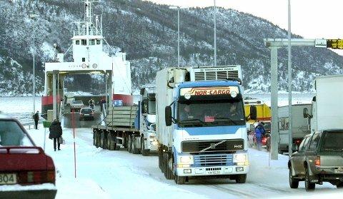 Tungtrafikk: Fergeforbindelsen mellom Kjøpsvik og Drag medfører mye tungtrafikk på riksvei 827  til og fra E6.