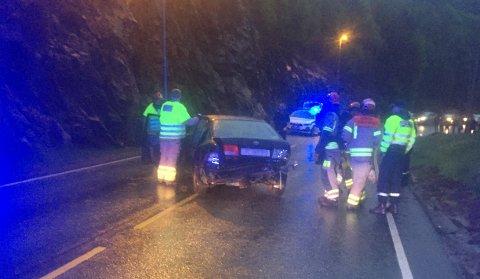 Ifølge politiet snurret bilen rundt og traff fjellveggen både i fronten og i bakre del av bilen.