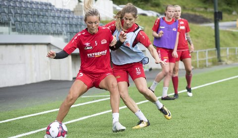 Ingrid Stenevik, med Ingrid Ryland i ryggen, på Sandviken-trening. Nå har midtstopperen signert for to nye år. Foto: Anders Kjølen
