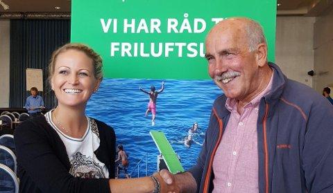 Avtroppende leder Steinar Saghaug ønsker Ane Mari Braut Nese lykke til med en ny viktig posisjon.