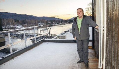 Utsikt: - Det skal mye til for å slå denne utsikten rett utenfor kjøkkendøra i Hokksund sentrum, sier Bjørn Borgersen. Som her viser fram en av terrassene på den nye penthouseleiligheten han nå skal leie ut.                                                                                                          Foto: Thormod R. Hansen