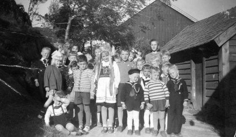 GODE MINNE: Koseleg bilde frå jonsokfeiringa i Bakkane i 1951. Biletet og historia er utlånt og delt av Martin Hauge, busett i Florø, men fødd og oppvaksen i Bremanger.