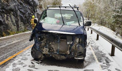ULYKKE: Bilen køyrde i fjellveggen onsdag morgon ved Almenning på rv. 15.