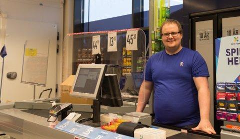 SMITTEVERN Andreas Hjelle er kjøpmann på Rema 1000 Øyrane i Førde. Han seier han heile tida vurderer behovet for smitteverntiltak.