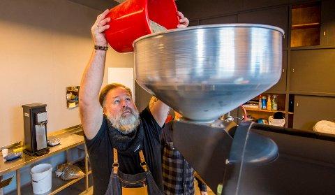 SKAL BLI PERFEKT KAFFE:  Ole-Jørgen Borg med grønne kaffebønner som skal brennes til de har kvalitetene som skal til for å lage den perfekte kaffen. Øst Kaffekompani rett ved Nøisom Bryggeri startet opp i mai og har allerede 30 forhandlere.