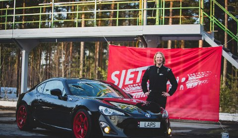 Bilkonkurranse: Lars Olsen elsker bil og deltar nå i NRKs ferske realityserie «Sjette gir». Der er det om å gjøre å komme først i mål.