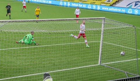 Så nære var Henrik Kjelsrud Johansen å bli matchvinner mot Raufoss. Men ballen spratt like utenfor, via keeper Ole Kristian Lauvli.