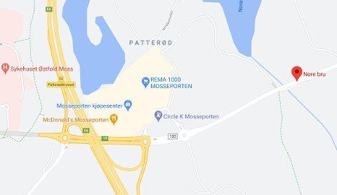 Fylkesvei 120 er stengt ved Nore bru. Det er uklart når veien åpner igjen.