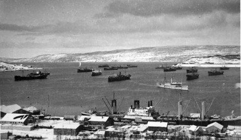 1940: Narvik hamn før krigsutbrotet i april 1940. Her låg det 17 bulkskip i kø for å laste jernmalm som skulle til Tyskland. Av og til var det smugla bomber og sprengstoff med desse båtane.  Fotografiet er henta frå boka Malmtunge spor. Historia om Ofotbanen. Foto: Museum Nord