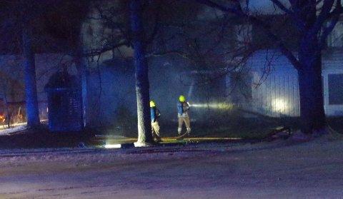 SØKTE ETTER PERSON: Brannvesenets mannskaper leter etter den savnede. Her er det hull i veggen etter brannen. Den savnede ble meldt død klokken 19.29 lørdag.